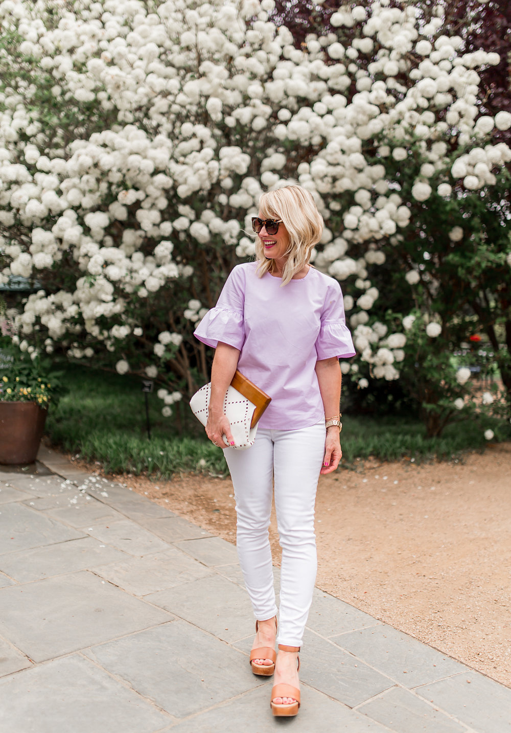 white jeans outfit photo at dallas arboretum in spring flowers blooming