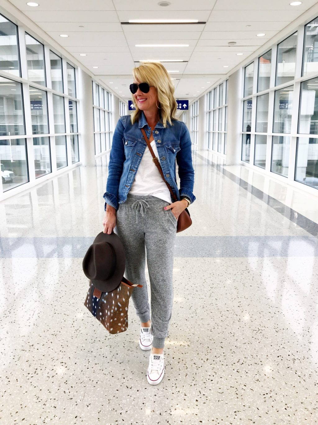 sugarplum style spring travel outfit